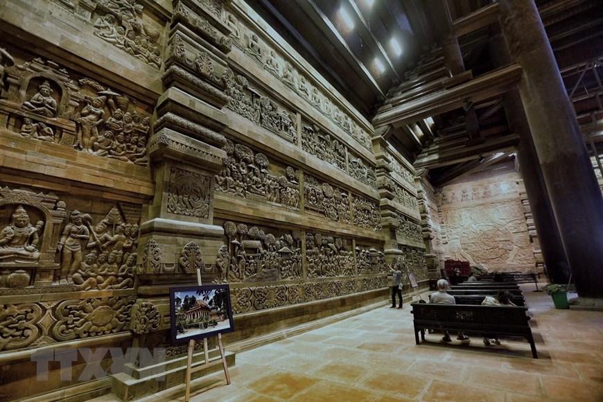 bức phù điêu trong Phật điện Tam Chúc