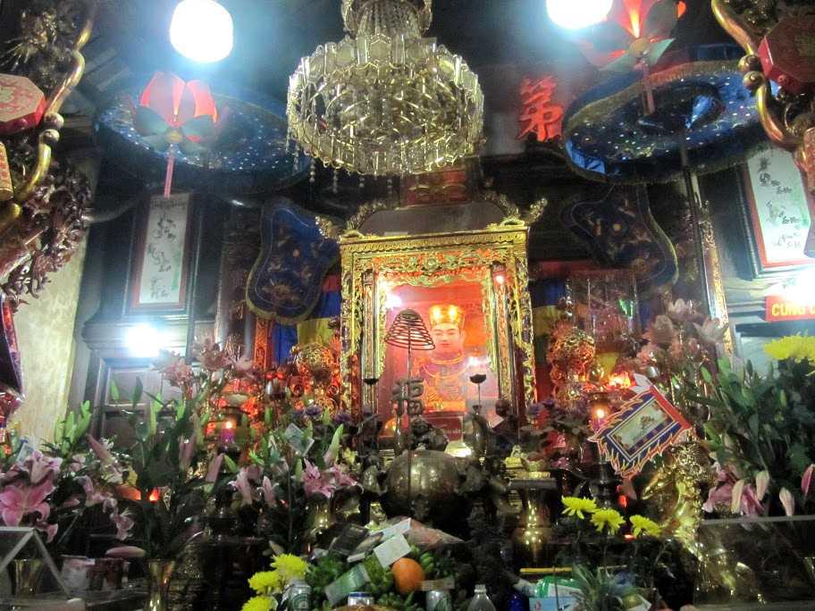 Những du khách đến cầu may tại đền ông Hoàng Bảy